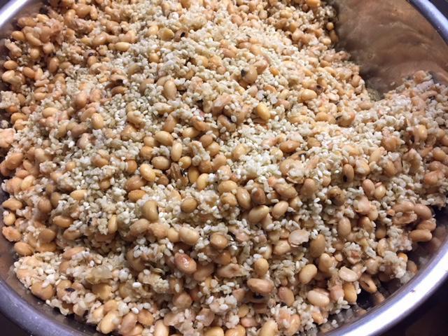 麹と豆を混ぜる.jpg